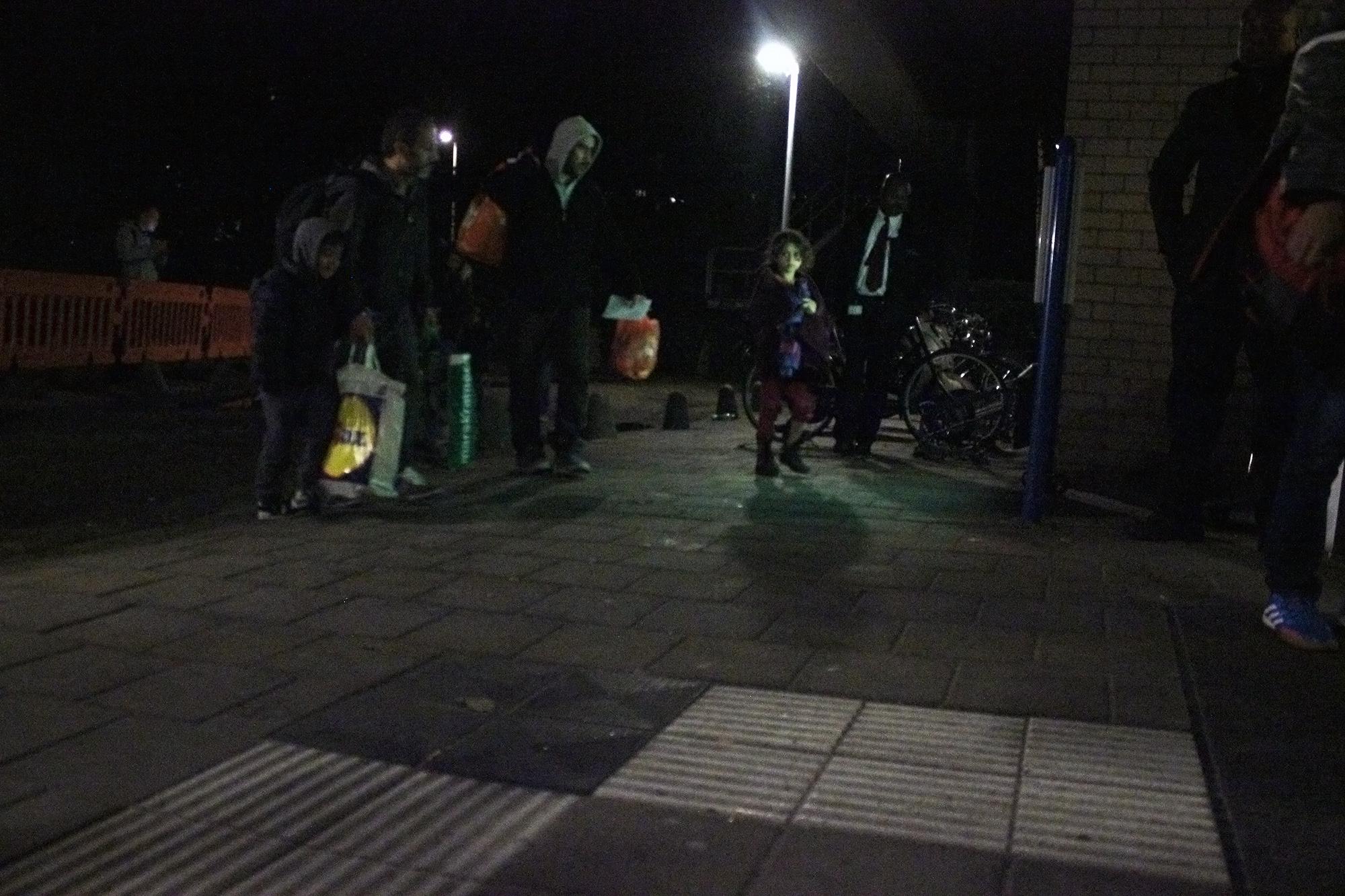 vluchtelingen komen aan in sportgebouw 2