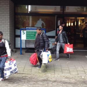 vluchtelingen vertrekken bij Erasmus Sport (4)
