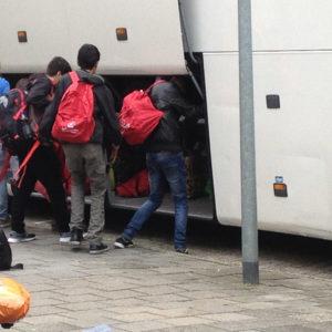vluchtelingen vertrekken bij Erasmus Sport (1)