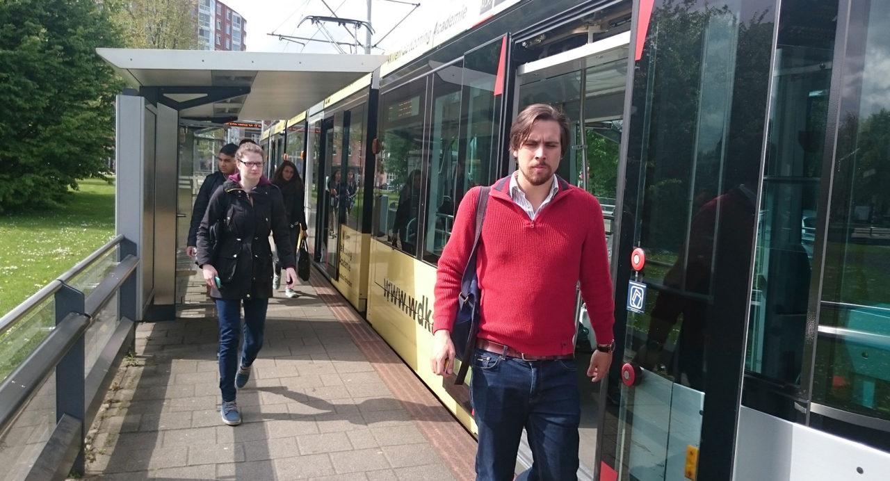 tramhalte-woudestein-zon-passagiers openbaar vervoer tram