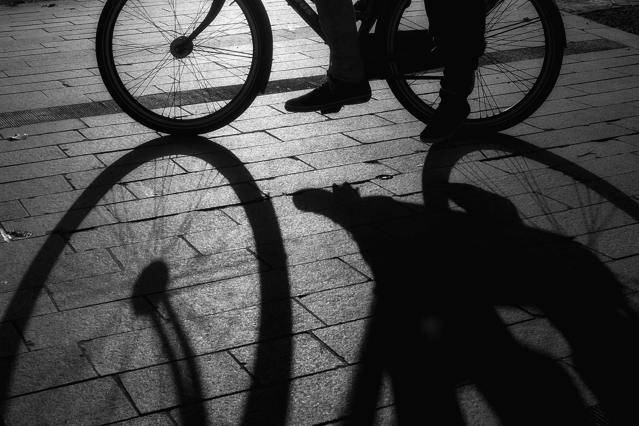 fiets fietsers ochtendzon zwartwit Cyril Wermers