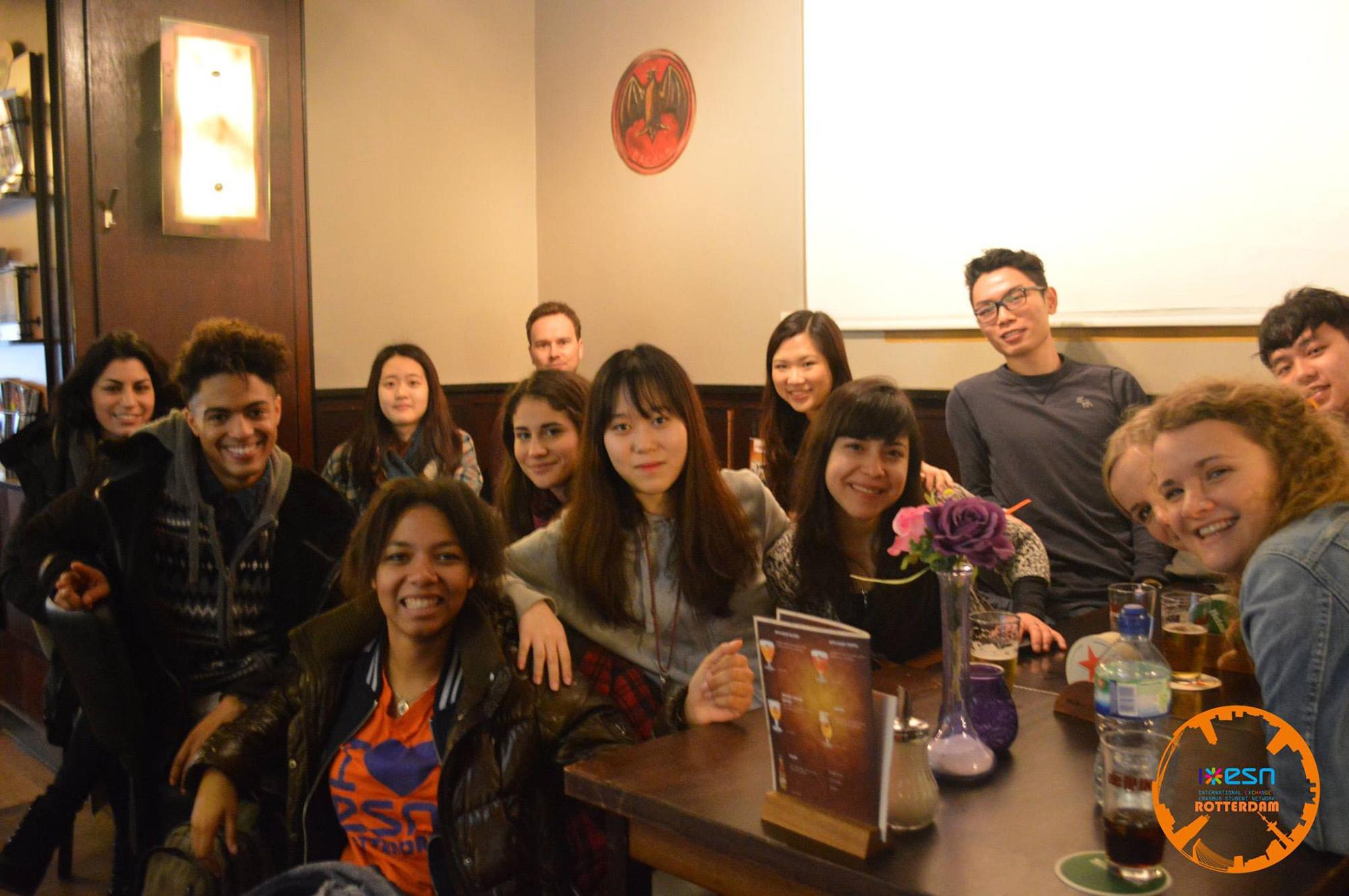 esn groepsfoto internationale studenten café