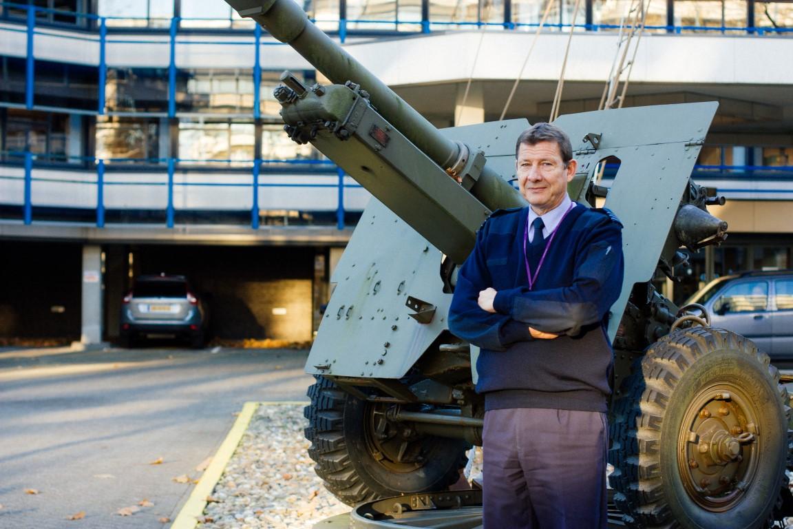Door een paar keer goed zijn kop te stoten, leerde Rob de Winter, luitenant-kolonel bij de Koninklijke Luchtmacht, snel het geheim van leidinggeven: geef je mensen je vertrouwen.
