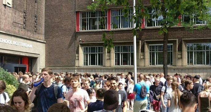 Studenten-staan-buiten-op-het-Academieplein-foto-Rene-Oostdijk (1)