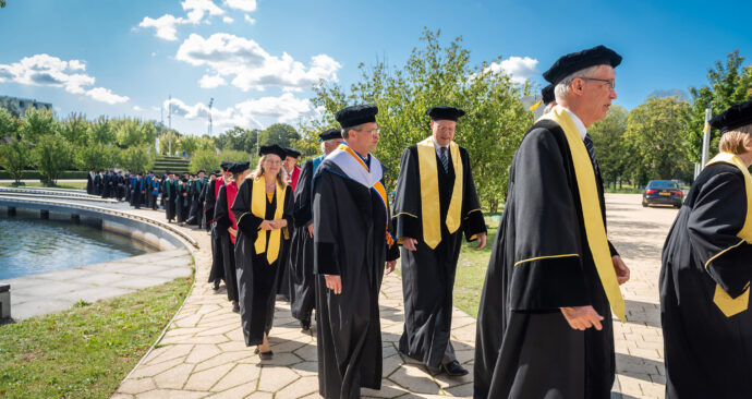 hoogleraren cortege brug vijver opening academisch jaar 2019 foto ronald van den heerik (50)