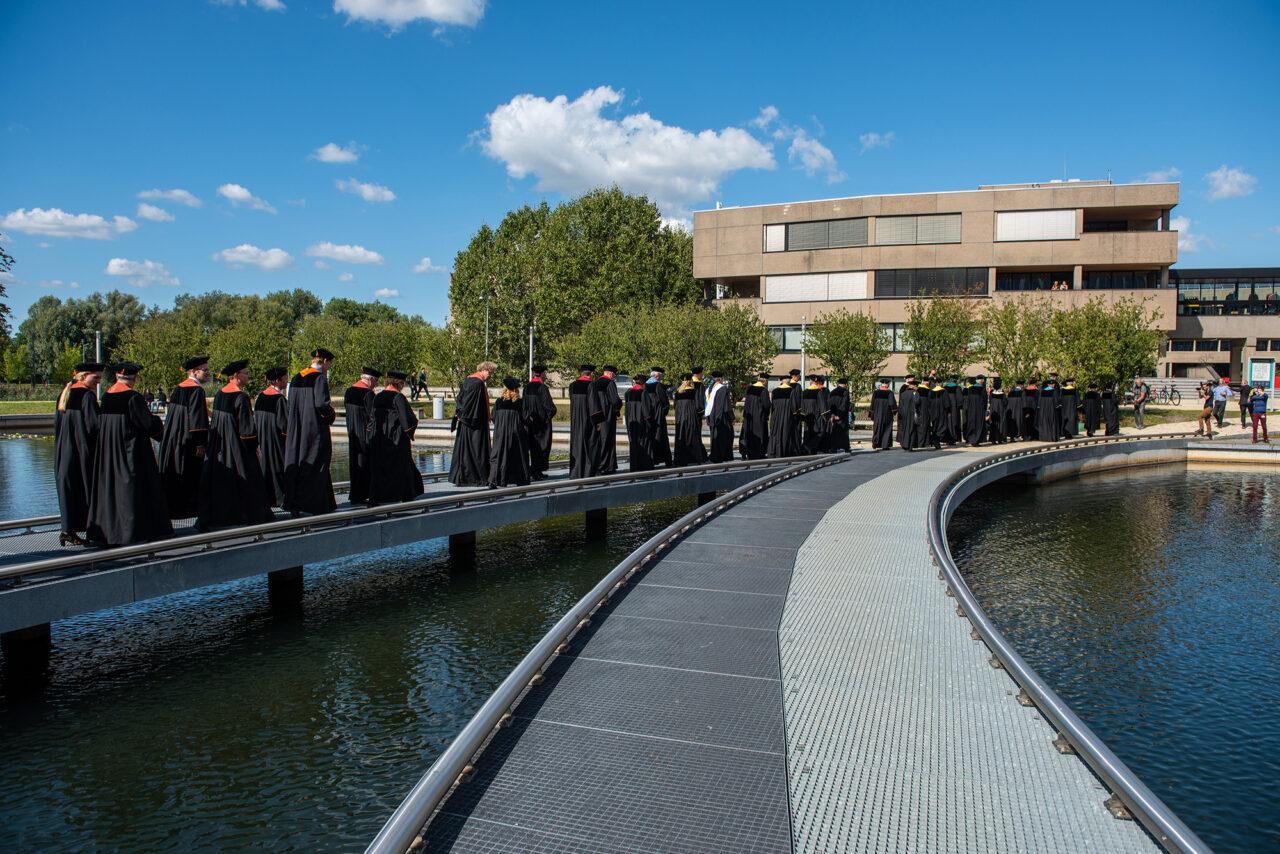 hoogleraren cortege brug vijver 2 opening academisch jaar 2019 foto ronald van den heerik (48)
