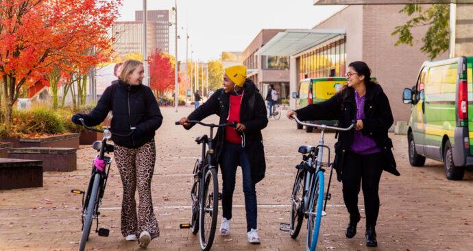 Studenten op de herfstachtige campus