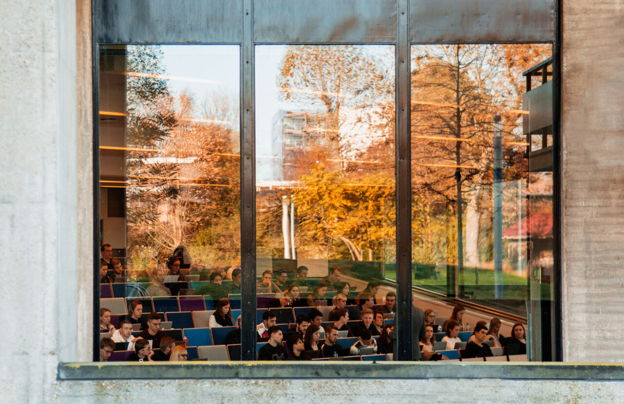 Herfst op de campus, studenten in college