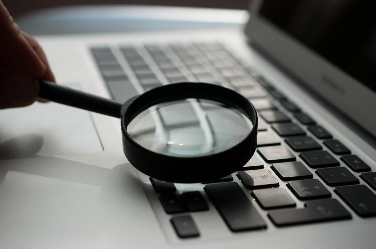 onderzoek loep computer detective hoffmann emailgate -unsplash
