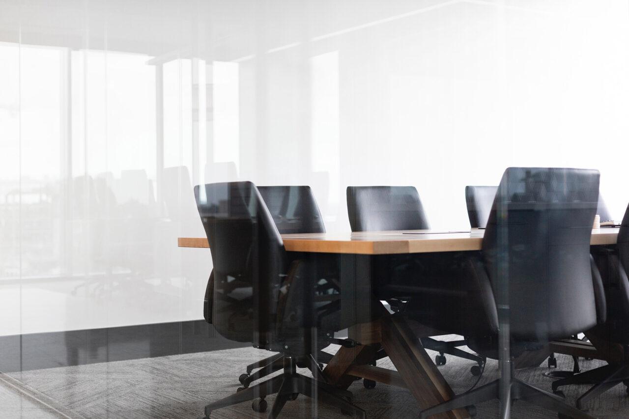 drew-beamer-Se7vVKzYxTI-unsplash boardroom bestuur