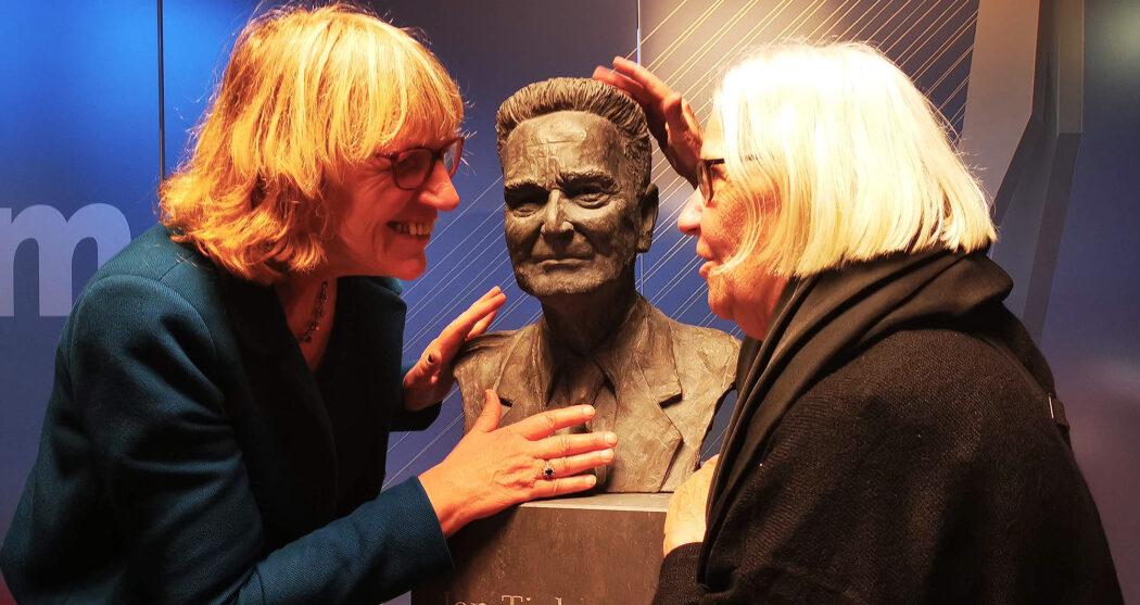 Beeld_Tinbergen_dochter (rechts) en kunstenaar Lia Krol_