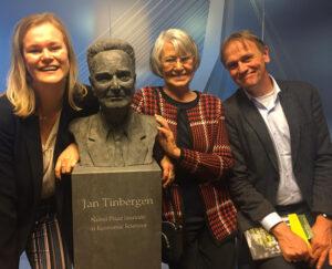 Tinbergen en dochter Els, zijn kleinzoon en achterkleindochter Tess
