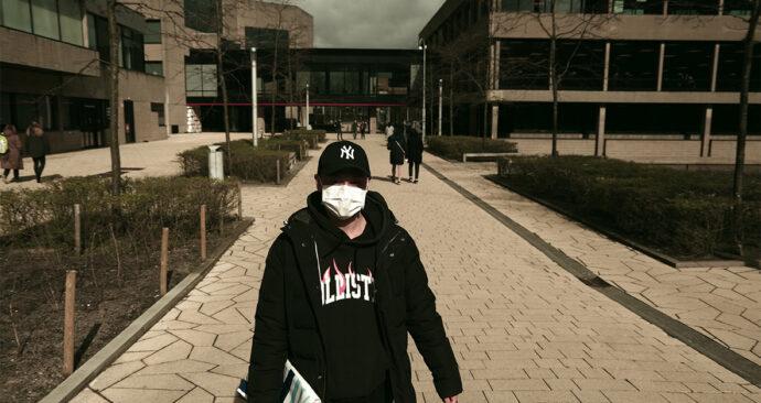 coronavirus verlaten campus mondkapje