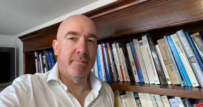 etienne auge boekenkast selfie