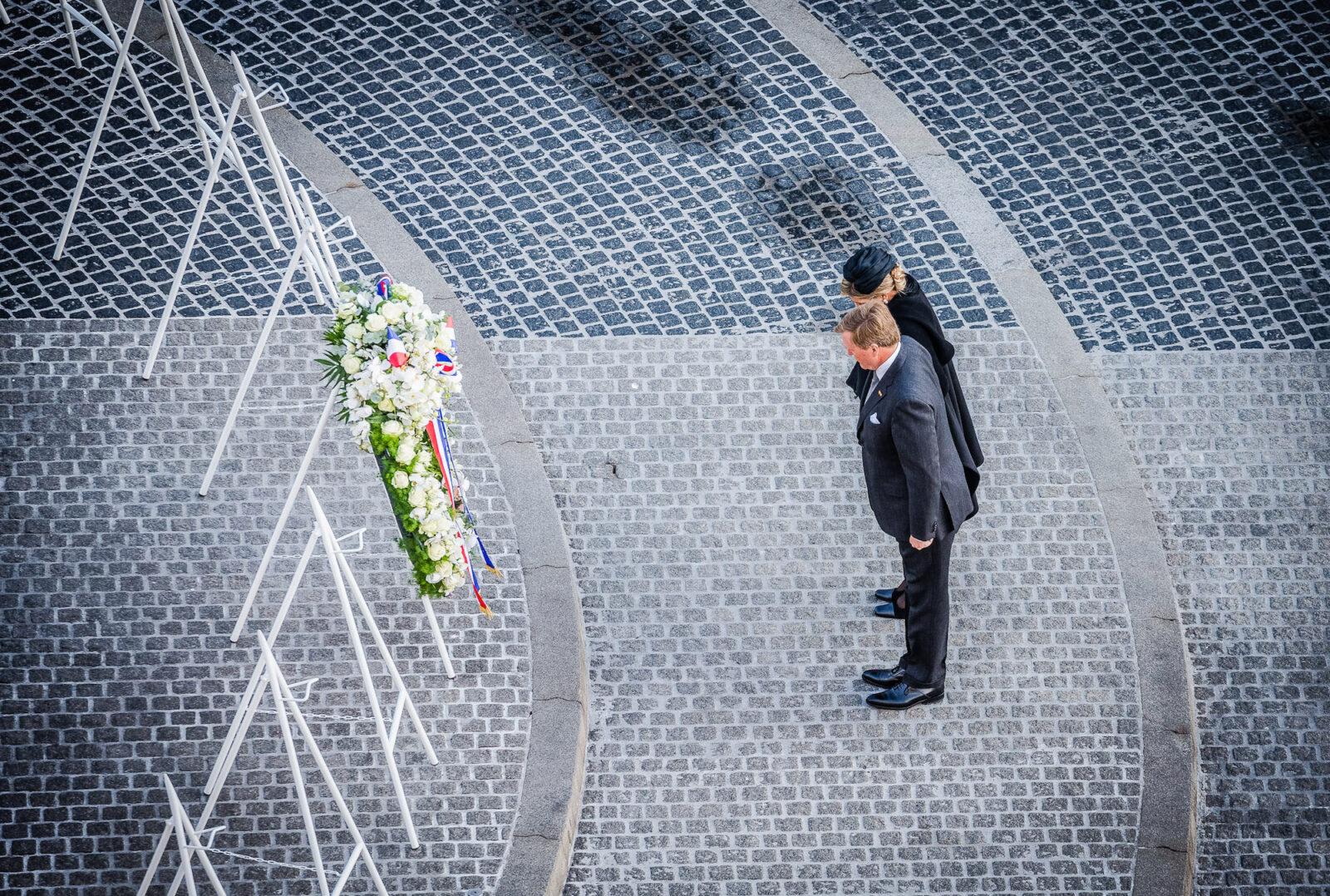 koning en koningin bij de kranslegging en het monument op de dam 2019_4-mei-de-dam_photo-ben-houdijk_lr-0859
