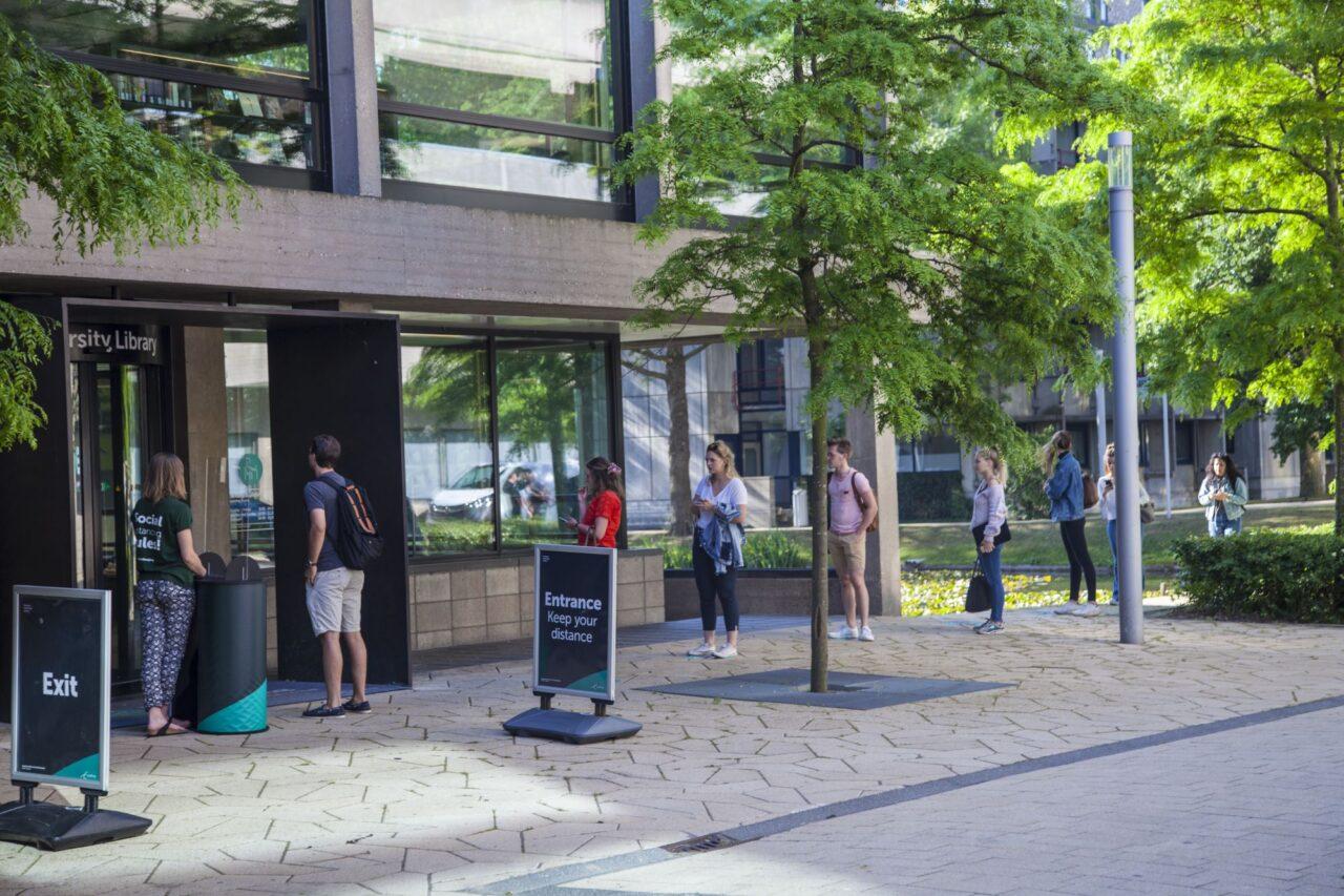 rij voor de ingang van de Universiteitsbibliotheek coronacrisis foto amber leijen (2000px)