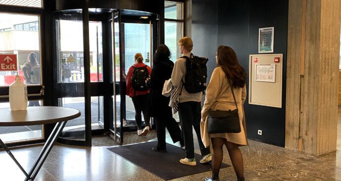studenten op de campus Woudestein