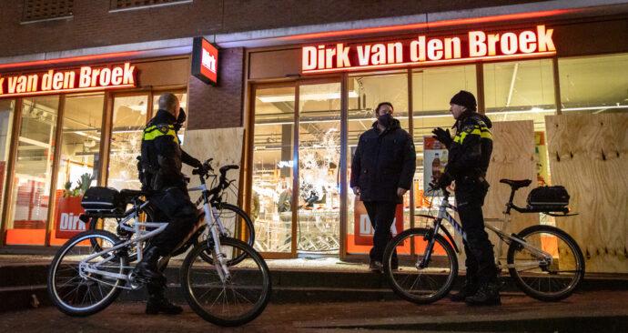 Een Dirk van den Broek werd gevandaliseerd en geplunderd.