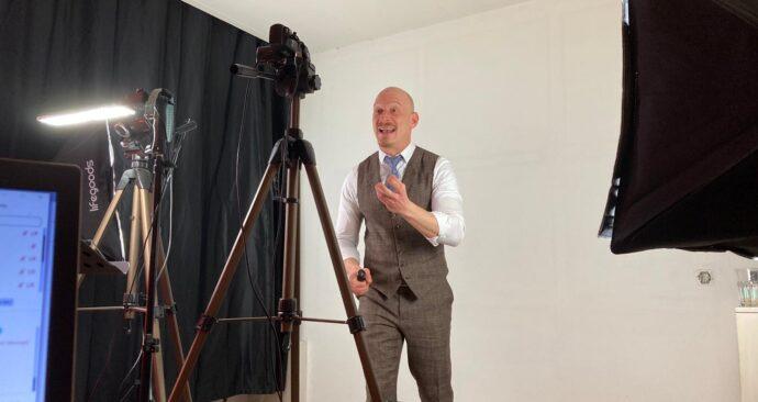 Florian Madertoner streamt een online college