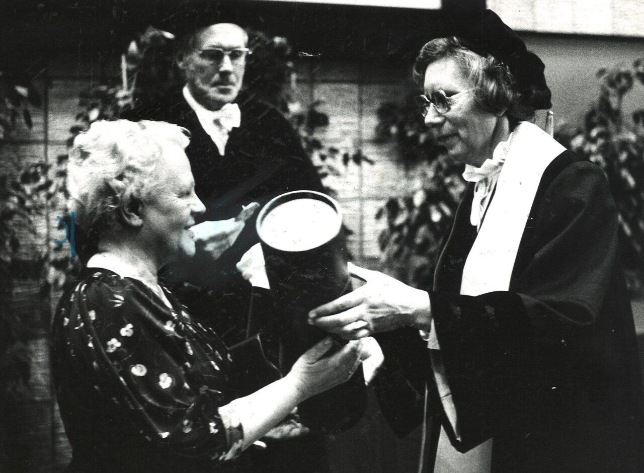 ina hommes in memoriam eredoctor Hilda Verwey Jonker(2) (EM)