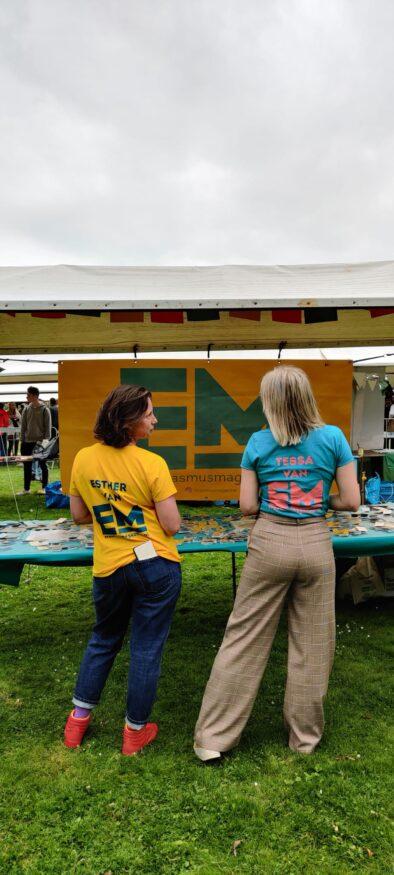 Esther en Tessa op de informatiemarkt bij de Eurekaweek
