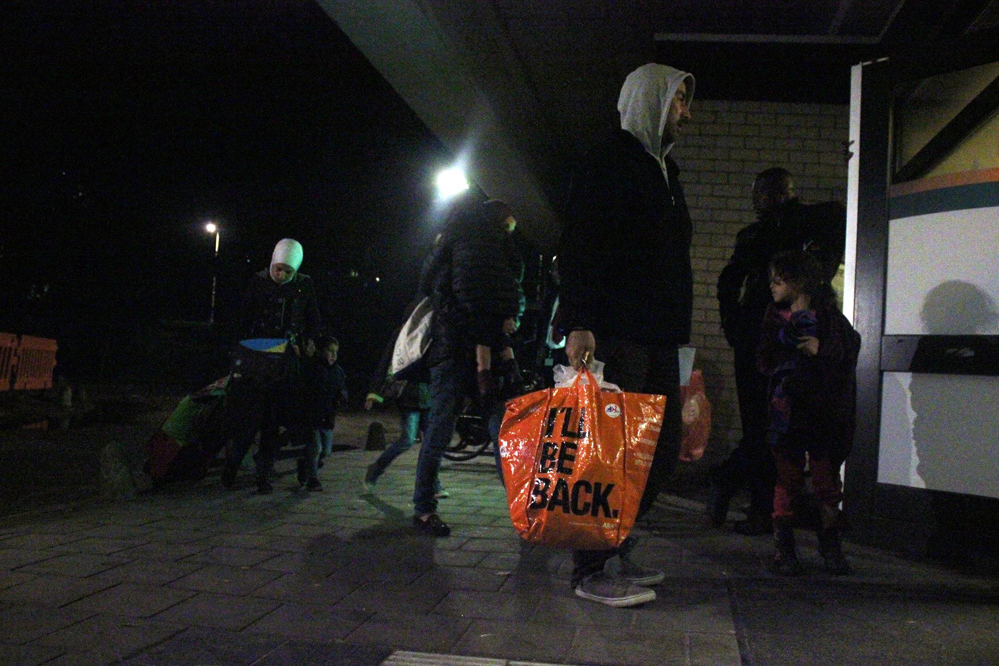 vluchtelingen-komen-aan-in-sportgebouw1