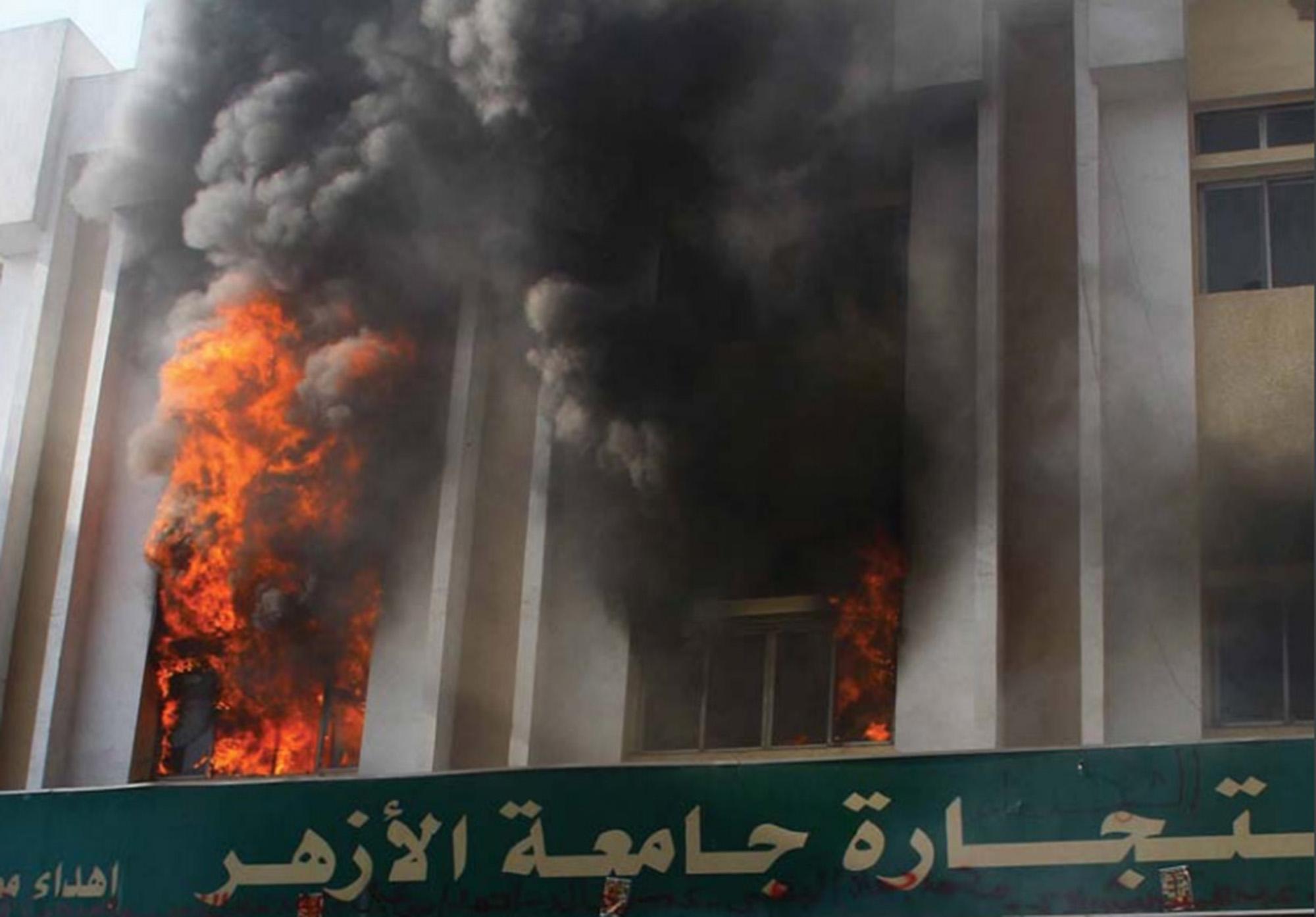 egypte-al-azhar-universiteit-brand-clash-politie-en-studenten