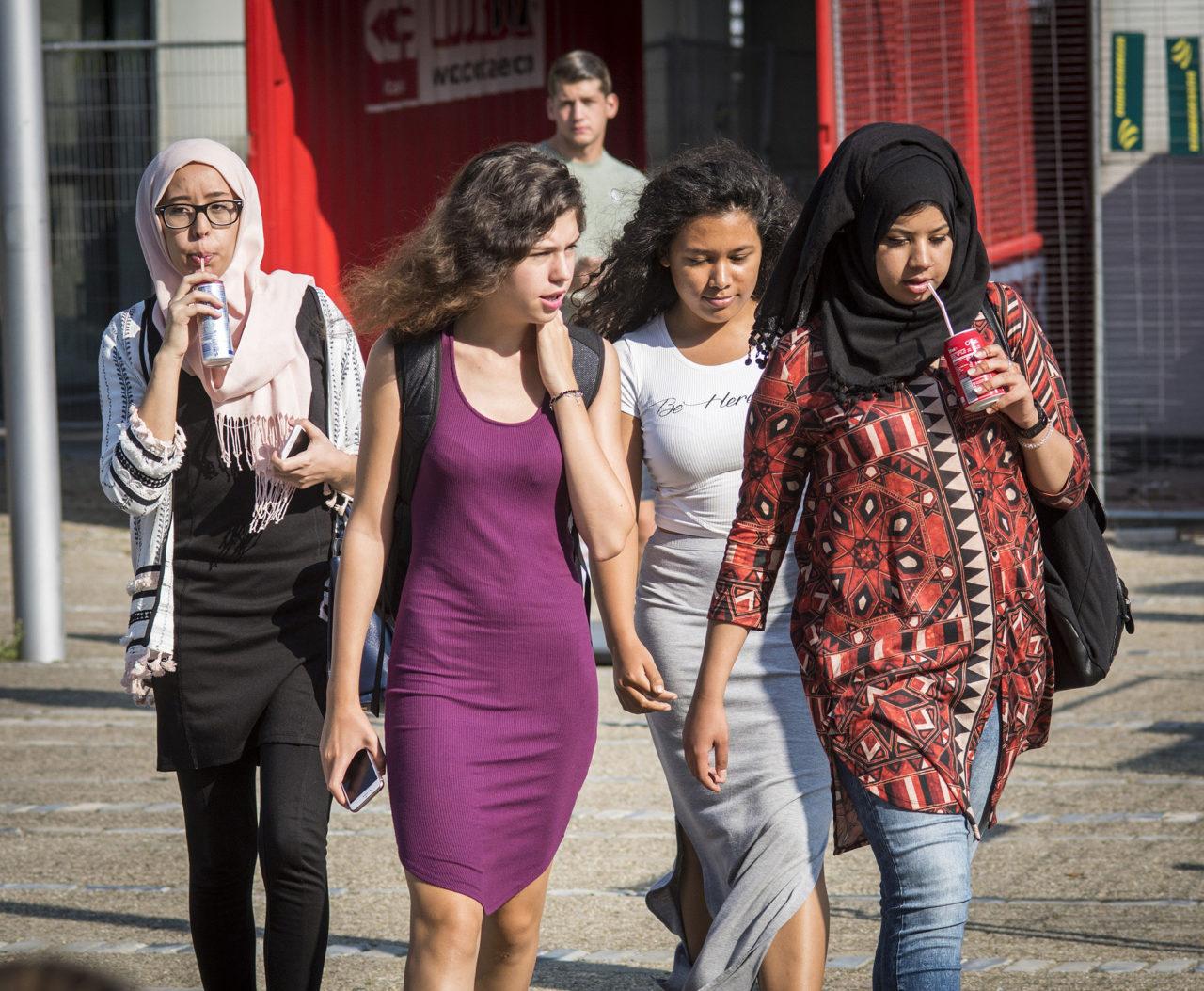 studenten-campus-doorgang-sandersgebouw-hoofddoek-meisjes-allochtoon