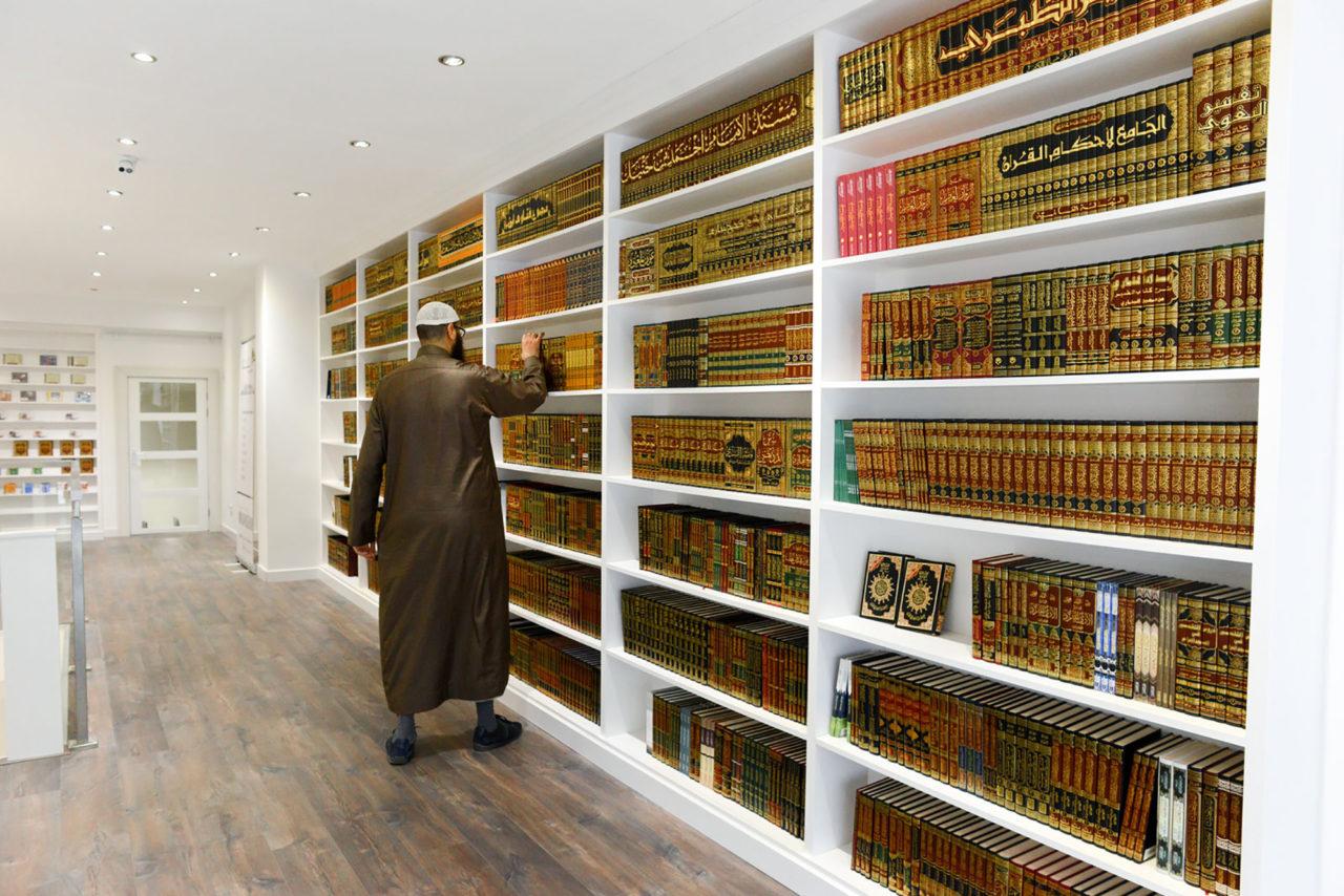 lof-der-zotheid_arabische-boekenwinkel_lou-muuse