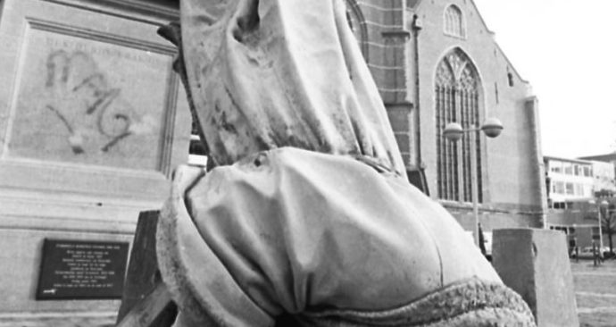 Erasmus-van-zijn-sokkel-Levien-e1513682720338-1