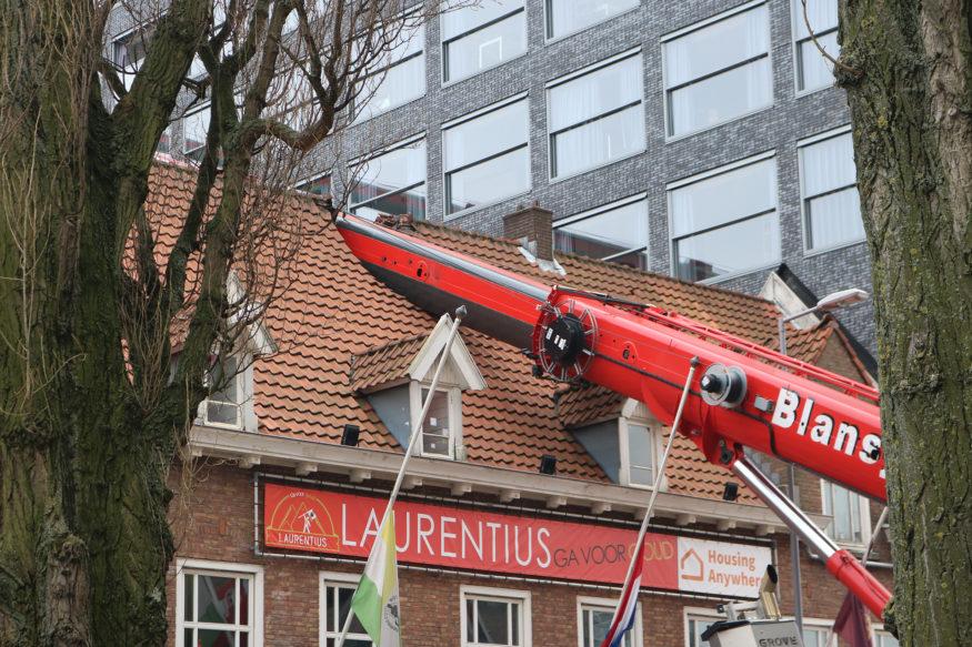laurentius crane hijskraan-valt-op-dak-2-foto-Elmer
