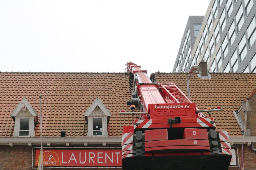 laurentius crane hijskraan-valt-op-dak-3-foto-Elmer