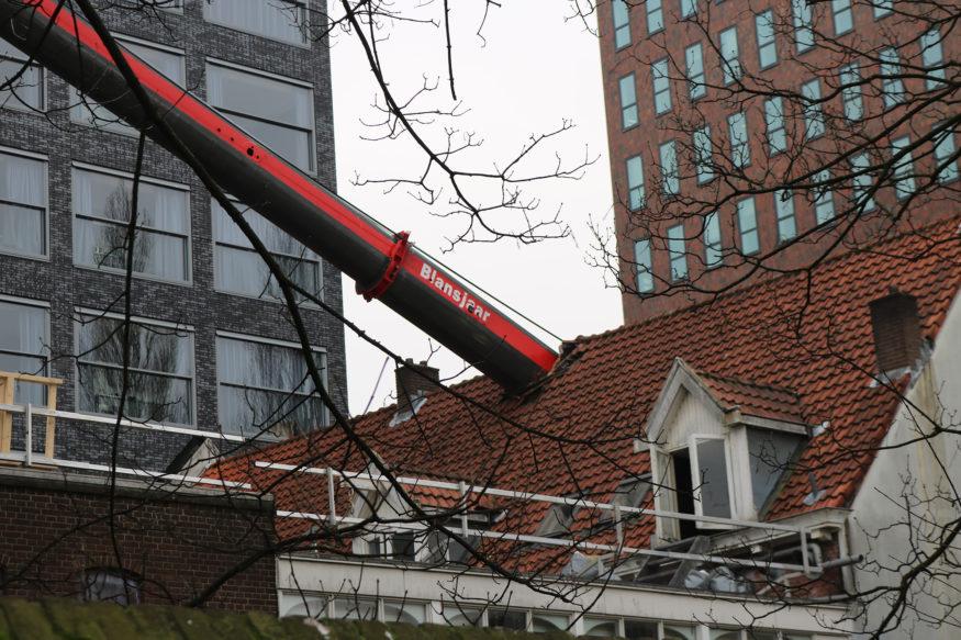 laurentius crane hijskraan-valt-op-dak-5-foto-Elmer