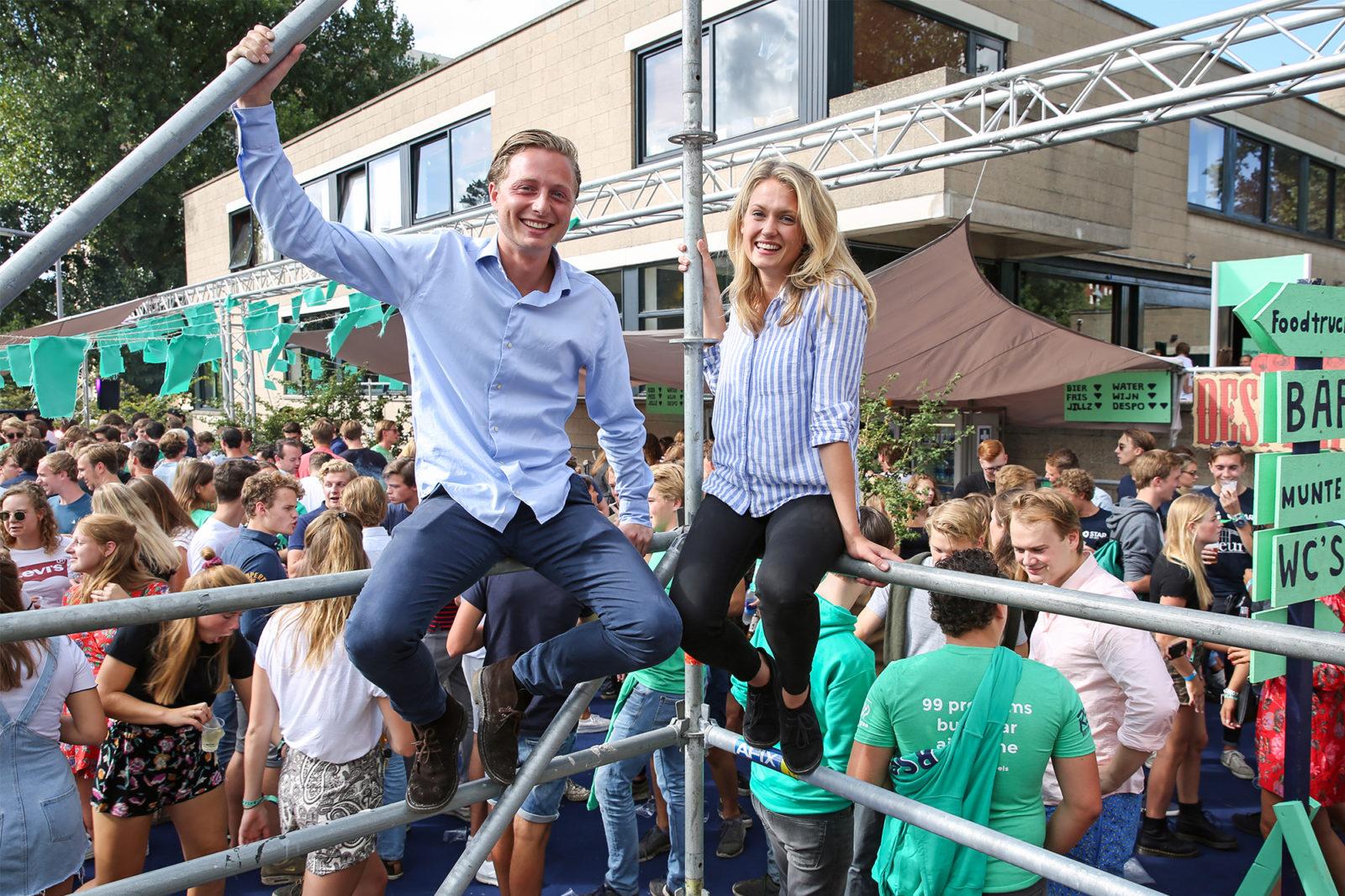 Tobias de Lange en Amber Schothorst op het terras van RSC/RVSV tijdens de entreeweek