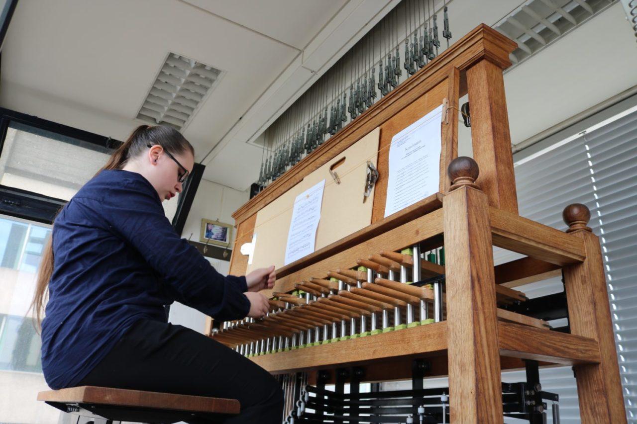 Het carillon in betere tijden: een student van Mathieu Polak bespeelt de klokken, maart 2017