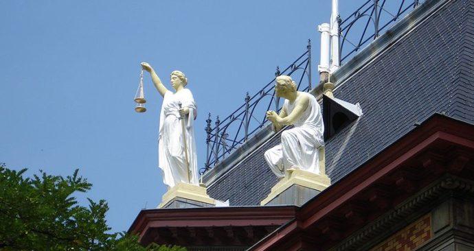 Vrouwe_Justitia-Rotterdam-kunstwerk-Wikimedia-Commons