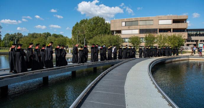 hoogleraren-cortege-brug-vijver-2-opening-academisch-jaar-2019-foto-ronald-van-den-heerik-48-1280×854