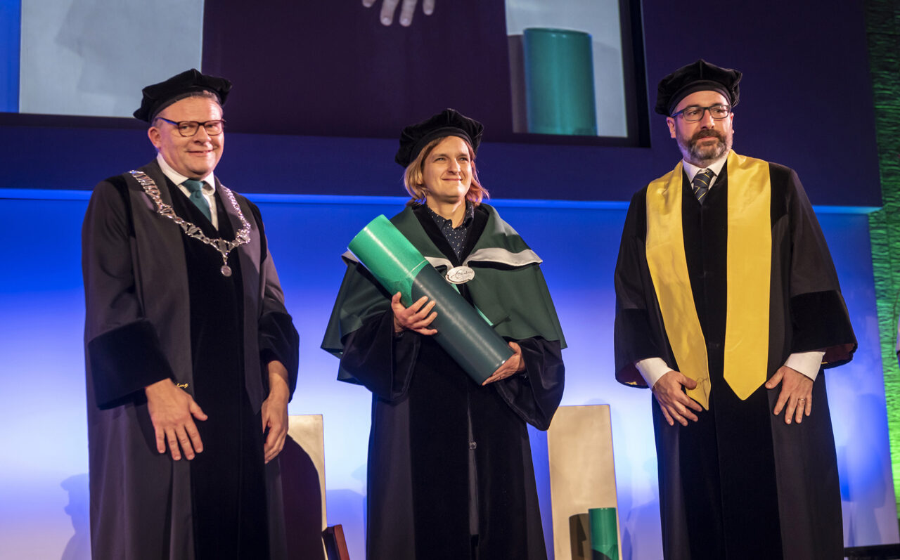 Esther Duflo is awarded the university's honorary doctorate.