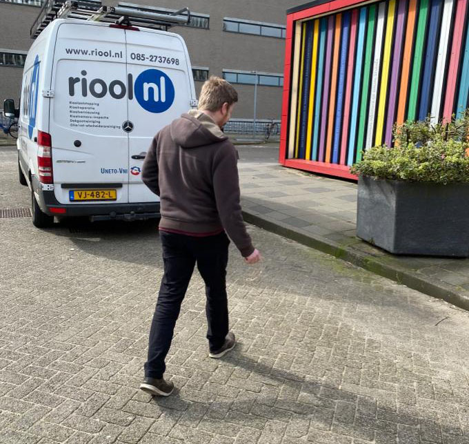 technicus michael loopt over de campus
