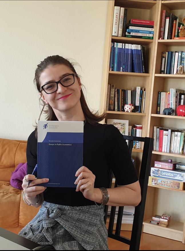 Alexandra Rusu met haar proefschrift
