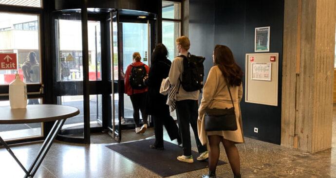 studenten-op-de-campus-Woudestein-875×656