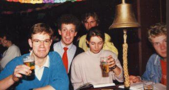 19870000 FG-gebouw Rotterdam Cafe de Smitse students celebrating
