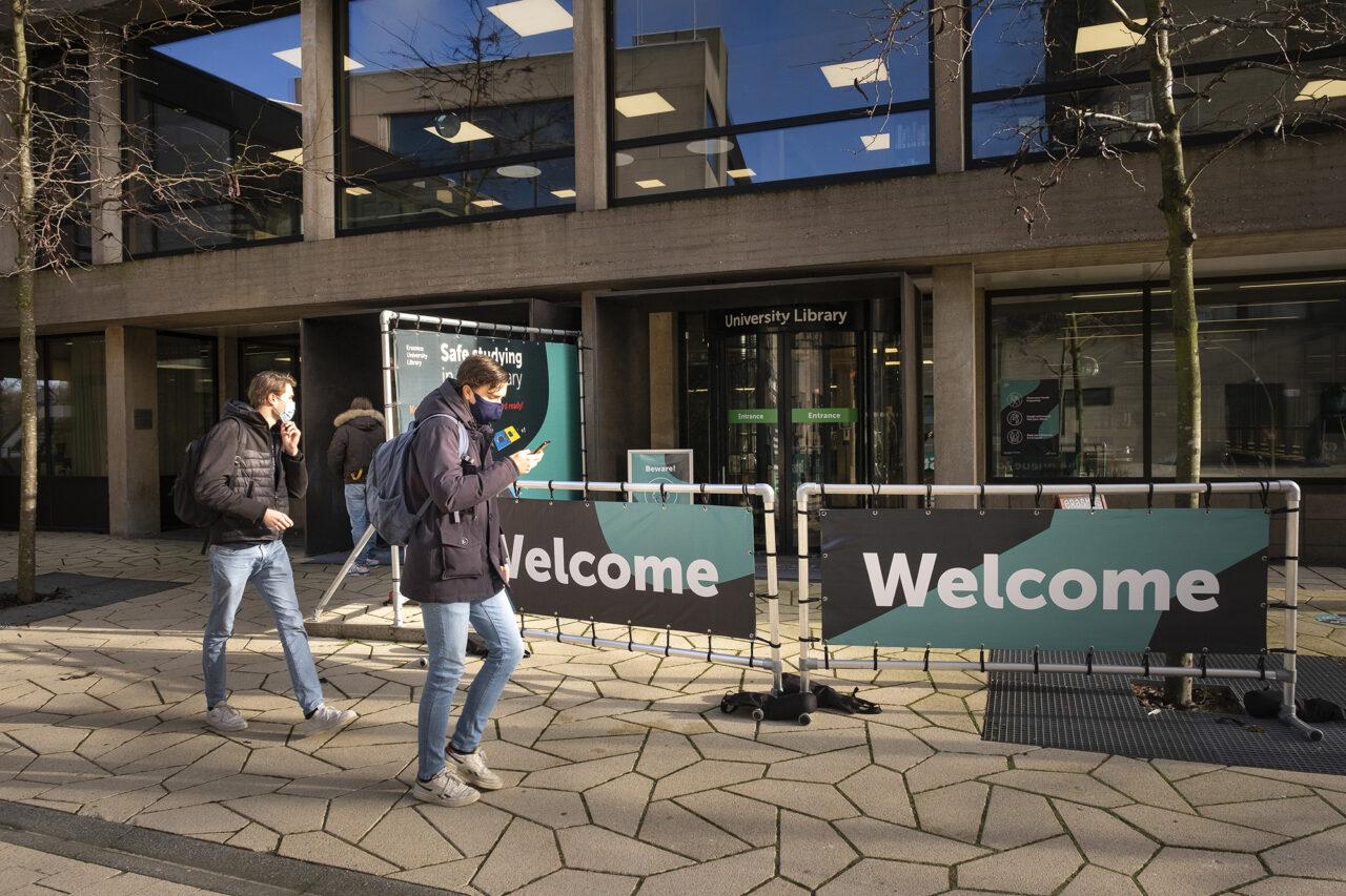 studenten corona universiteitsbibliotheek studeren ub campus mondkapje – Levien Willemse
