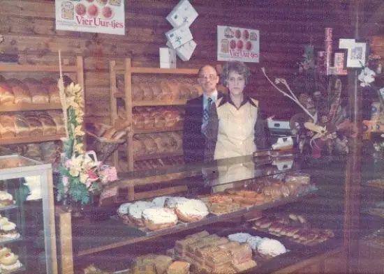 Dedert en zijn vrouw Adrie van Bokkum in de banketbakkerij_familearchief