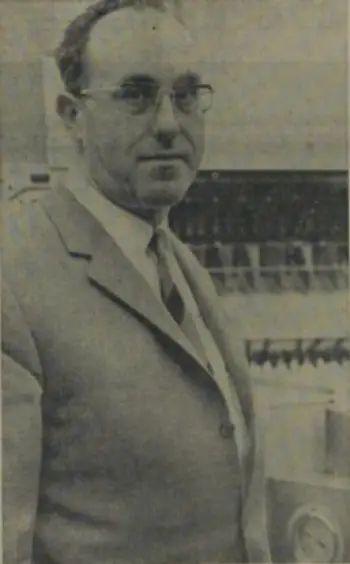 Pieter Dedert bij zijn eerste zelfontworpen ijsmachine.png