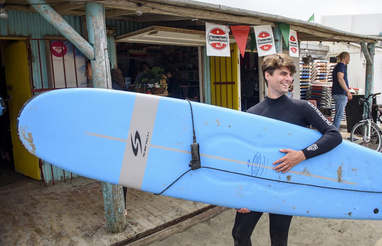 Marko met een surfplank juli 2021 – Ronald van den Heerik