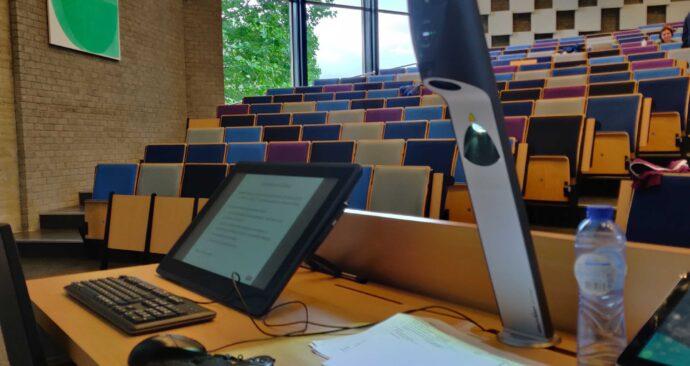 hybride college onderwijszaal laptop camera foto Wouter Sterernburg (1) (EM)