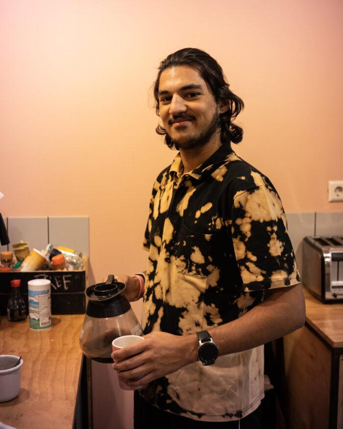 Masterstudent Tomas in de keuken van hostel Ani & Haakien.
